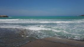 Θύελλα στη θάλασσα Μεγάλα κύματα Άποψη από την ακτή Μπλε ουρανός και θάλασσα φιλμ μικρού μήκους
