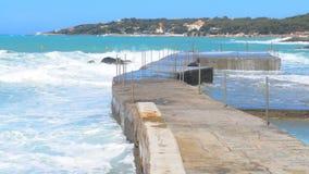 Θύελλα στη θάλασσα Μεγάλα κύματα Άποψη από την αποβάθρα Μπλε ουρανός και θάλασσα φιλμ μικρού μήκους