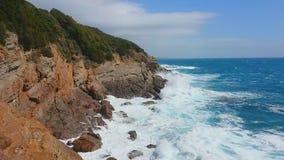 Θύελλα στη θάλασσα Μεγάλα κύματα ( Μπλε ουρανός με τα σύννεφα και τη θάλασσα φιλμ μικρού μήκους