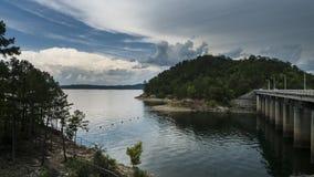 Θύελλες που πλησιάζουν μια όμορφη λίμνη με τους λόφους, φράγμα Στοκ φωτογραφίες με δικαίωμα ελεύθερης χρήσης
