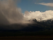 Θύελλα βροχής πέρα από τη Sange de Cristo Mountain σειρά κοντά σε Westclif Στοκ εικόνα με δικαίωμα ελεύθερης χρήσης
