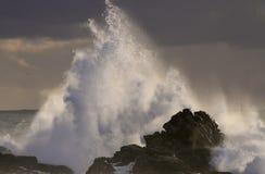 Θύελλα θάλασσας στο ηλιοβασίλεμα με το μεγάλο παφλασμό κυμάτων Στοκ Φωτογραφία