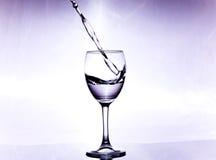 Θύελλα σε ένα γυαλί με το άσπρο κρασί Στοκ εικόνες με δικαίωμα ελεύθερης χρήσης