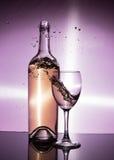 Θύελλα σε ένα γυαλί με το άσπρο κρασί Στοκ εικόνα με δικαίωμα ελεύθερης χρήσης