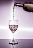Θύελλα σε ένα γυαλί με το άσπρο κρασί Στοκ φωτογραφία με δικαίωμα ελεύθερης χρήσης