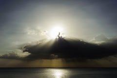 Θύελλα φλογών και σύννεφων Sunrays με τη θάλασσα Στοκ Εικόνα
