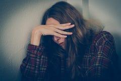Θύμα κατάχρησης γυναικών Οικογενειακή βία, παρενόχληση, κατάθλιψη, εθισμός στα ναρκωτικά, ανθρώπινη κίνηση στοκ εικόνα