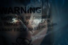 Θύμα νέων κοριτσιών που ασφυκτιιέται από τη συσκευασία στο θάνατο Στοκ φωτογραφία με δικαίωμα ελεύθερης χρήσης