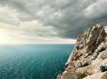 Θλιβερά σύννεφα πέρα από τη θάλασσα Στοκ Εικόνες