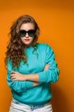 Θλιβερή νέα γυναίκα brunette πορτρέτου με την κυματιστή τρίχα στοκ φωτογραφία με δικαίωμα ελεύθερης χρήσης