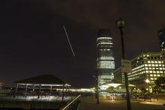 Διάβαση πεζών προκυμαιών και άποψη της θέσης ανταλλαγής στην πόλη του Τζέρσεϋ, Νιου Τζέρσεϋ τη νύχτα Στοκ Εικόνα