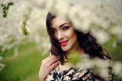 διάνυσμα άνοιξη απεικόνισης κοριτσιών 10 eps Όμορφο πρότυπο με το στεφάνι λουλουδιών στο κεφάλι της Κλείστε επάνω το πορτρέτο της Στοκ φωτογραφίες με δικαίωμα ελεύθερης χρήσης