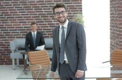 διάνυσμα ανθρώπων επιχειρησιακής απεικόνισης jpg επιτυχής επιχειρηματίας με ένα χαρτοφυλάκιο Στοκ εικόνα με δικαίωμα ελεύθερης χρήσης