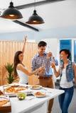 διάνυσμα ανθρώπων συμβαλλόμενων μερών απεικόνισης κλίσεων Φίλοι που έχουν το γεύμα Εορτασμός διακοπών φίλος Στοκ Εικόνες