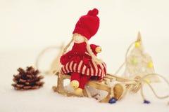 διάνυσμα καρτών απεικόνισης Χριστουγέννων eps10 Κορίτσι στο έλκηθρο Στοκ Εικόνες