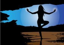 Διάνυσμα - σκιαγραφία της γυναίκας που κάνει τη γιόγκα στα βουνά επίσης corel σύρετε το διάνυσμα απεικόνισης Στοκ Εικόνες