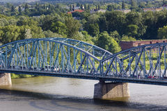 διάσημη υποδομή γεφυρών πέρα από το vistula ζευκτόντων μεταφορών του Τορούν ποταμών της Πολωνίας Μεταφορά στοκ εικόνα με δικαίωμα ελεύθερης χρήσης