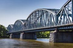 διάσημη υποδομή γεφυρών πέρα από το vistula ζευκτόντων μεταφορών του Τορούν ποταμών της Πολωνίας Μεταφορά στοκ φωτογραφία με δικαίωμα ελεύθερης χρήσης