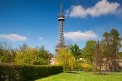 Διάσημος πύργος επιφυλακής στο Hill Petrin στην Πράγα Στοκ φωτογραφία με δικαίωμα ελεύθερης χρήσης