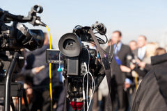Διάσκεψη ειδήσεων Μαγνητοσκόπηση ένα γεγονός με βιντεοκάμερα Στοκ εικόνα με δικαίωμα ελεύθερης χρήσης