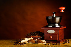 Διάστημα αντιγράφων με τα ψημένους φασόλια καφέ και το μύλο Στοκ φωτογραφίες με δικαίωμα ελεύθερης χρήσης