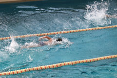 διάδρομος της πισίνας με τους πλαστικούς διαιρέτες Στοκ εικόνες με δικαίωμα ελεύθερης χρήσης