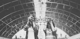Διακινούμενη έννοια φωτογραφίας διακοπών πολυσύχναστων μερών φιλίας κοριτσιών Στοκ εικόνα με δικαίωμα ελεύθερης χρήσης