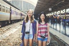 Διακινούμενη έννοια φωτογραφίας διακοπών πολυσύχναστων μερών φιλίας κοριτσιών Στοκ Φωτογραφίες