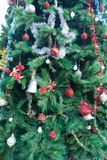 Διακοσμήσεις χριστουγεννιάτικων δέντρων στο δέντρο Στοκ Εικόνες