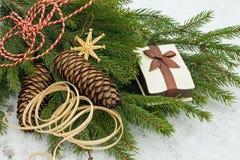 διακοσμήστε το δέντρο, προετοιμάστε τα δώρα στοκ φωτογραφία με δικαίωμα ελεύθερης χρήσης