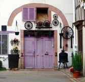 Διακοσμημένη πολύχρωμη πόρτα και δίπλωμα του παραθυρόφυλλου Στοκ Φωτογραφίες