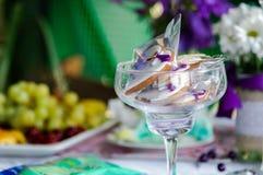 διακοσμημένος επιτραπέζιος γάμος τριαντάφυλλων μαργαριταριών Στοκ Εικόνα