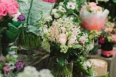 διακοσμητικά τριαντάφυλλα απεικόνισης ανθοδεσμών συνόρων πέταλα και άλλα flovers Στοκ εικόνα με δικαίωμα ελεύθερης χρήσης