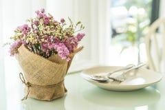 διακόσμηση ανθοδεσμών λουλουδιών στον πίνακα Στοκ εικόνα με δικαίωμα ελεύθερης χρήσης