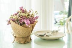 διακόσμηση ανθοδεσμών λουλουδιών στον πίνακα Στοκ Φωτογραφία