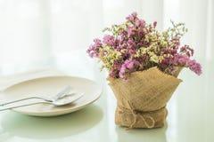 διακόσμηση ανθοδεσμών λουλουδιών στον πίνακα Στοκ φωτογραφίες με δικαίωμα ελεύθερης χρήσης