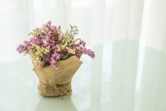 διακόσμηση ανθοδεσμών λουλουδιών στον πίνακα Στοκ εικόνες με δικαίωμα ελεύθερης χρήσης