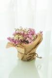 διακόσμηση ανθοδεσμών λουλουδιών στον πίνακα Στοκ Εικόνα