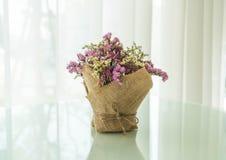 διακόσμηση ανθοδεσμών λουλουδιών στον πίνακα Στοκ Εικόνες