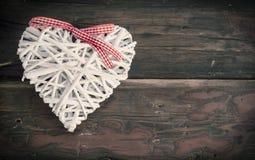 διακόσμηση καρδιών με την κορδέλλα σε έναν ξύλινο πίνακα Στοκ εικόνες με δικαίωμα ελεύθερης χρήσης