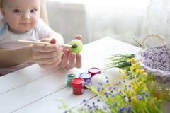 διακόσμηση Πάσχα μωρών που κάνει τη μητέρα Στοκ φωτογραφία με δικαίωμα ελεύθερης χρήσης