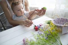 διακόσμηση Πάσχα μωρών που κάνει τη μητέρα Στοκ Φωτογραφία