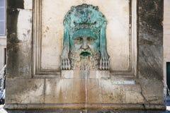 διακόσμηση της αρχαίας πηγής στον οβελίσκο Arles Στοκ Εικόνα