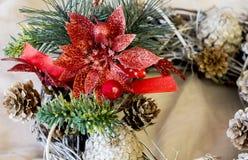 Διακόσμηση Χριστουγέννων με το λουλούδι ελαιόπρινου, τους κώνους και το δέντρο έλατου Στοκ Φωτογραφία