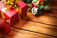 Διακόσμηση Χριστουγέννων σε μια επιτραπέζια ξύλινη slats τοπ διαγώνιος Στοκ Εικόνες