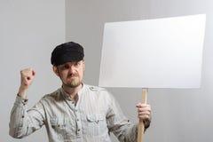 0 διαμαρτυμένος εργαζόμενος με το κενό σημάδι διαμαρτυρίας Στοκ Εικόνες