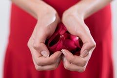 διαμορφώνοντας την καρδιά χεριών τα πλέγματά της καμία χρησιμοποιημένη νεολαία γυναικών Στοκ φωτογραφία με δικαίωμα ελεύθερης χρήσης