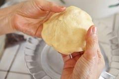 Διαμόρφωση της ζύμης ψωμιού Στοκ φωτογραφία με δικαίωμα ελεύθερης χρήσης