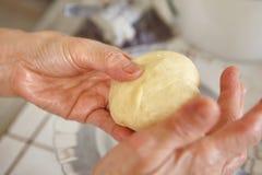 Διαμόρφωση της ζύμης ψωμιού Στοκ φωτογραφίες με δικαίωμα ελεύθερης χρήσης