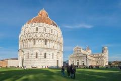 1 Ιανουαρίου 2019 Πίζα, Τοσκάνη, Ιταλία - ο καθεδρικός ναός της Πίζας βαπτιστηρίων της Πίζας και ο κλίνοντας πύργος της Πίζας στο στοκ φωτογραφία